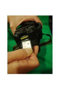akkumulator-memoriakartya-behelyezése-objektiv-rogzitese